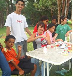 Cristiano Meibach com as crianças da creche Lar Esperança