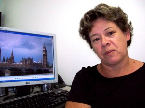 Maria Sousa, por enquanto, apenas vê as fotos mandadas pelo marido, mas sonha em sair do pais.